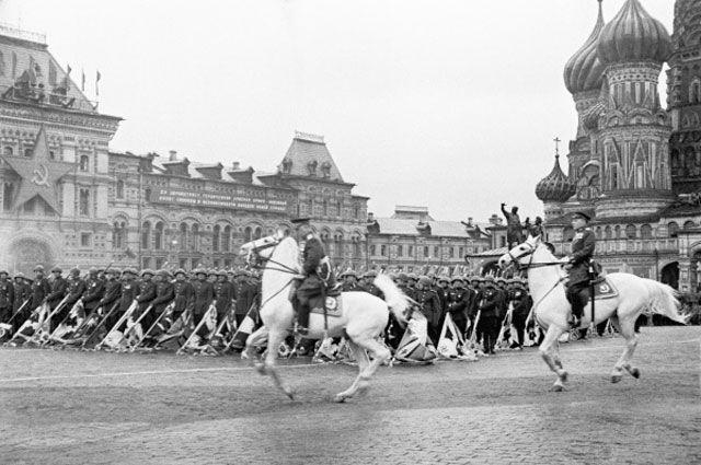 Сталин хотел сам проехать на белом коне по Красной площади. Но жизнь распорядилась иначе - это сделал маршал победы Жуков.