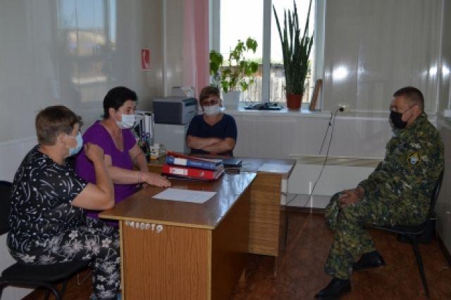 Жители поселка попросили Потапова тщательно разобраться в преступлении.