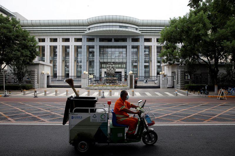 Кроме того, несколько случаев заболевания обнаружили в трех других провинциях Китая: это Ляонин, Хэбэй и Сычуань. На фото: дезинфекция улиц.