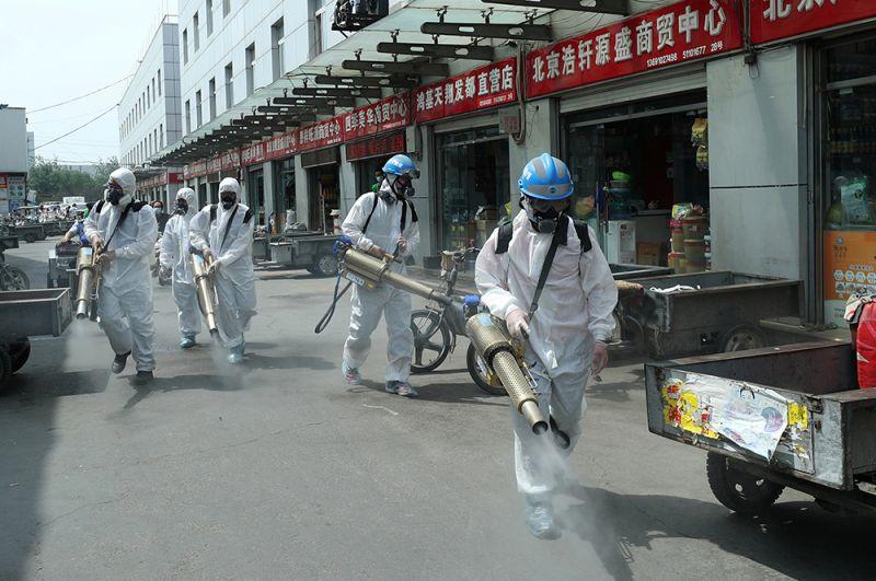 За минувшие сутки в Пекине выявлено 25 новых случая коронавируса. Такой статистики в городе не было с февраля. На фото: дезинфекция на одном из рынков Пекина.