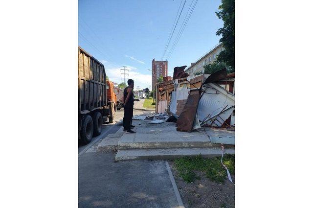 В Уфе спецтехникой снесли незаконно поставленный торговый павильон