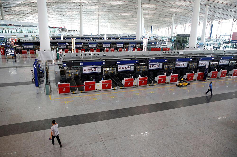 Международный аэропорт Пекина после того, как множество внутренних рейсов в китайскую столицу и из нее были отменены после новой вспышки коронавируса.