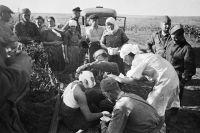 22 июня 1941г. Медсестры оказывают помощь первым раненым после воздушного налёта фашистов.