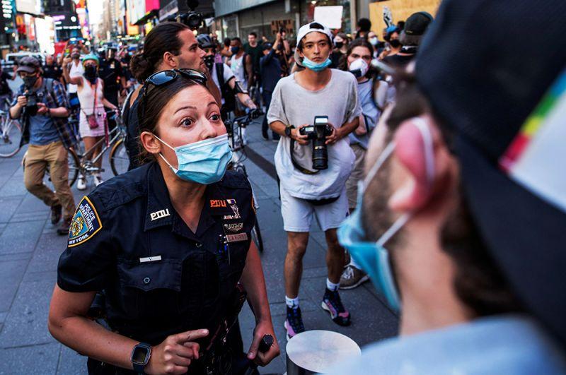 Стычка демонстрантов с полицией на Таймс-сквер, Нью-Йорк.