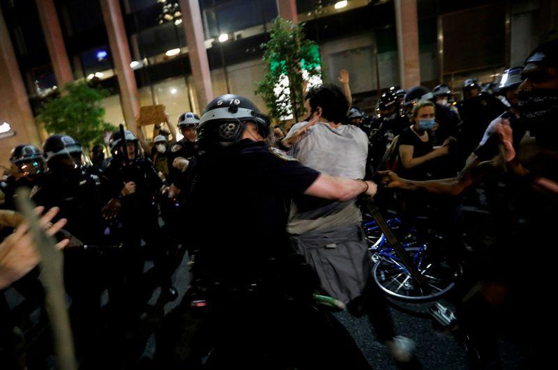 Столкновение демонстрантов с полицией у Белого дома в Вашингтоне.