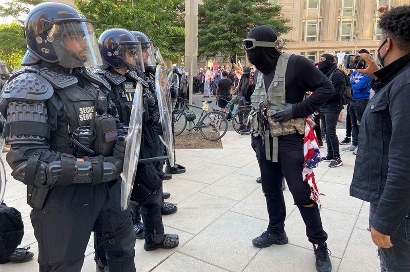 Стычка демонстрантов с полицией у Белого дома в Вашингтоне.