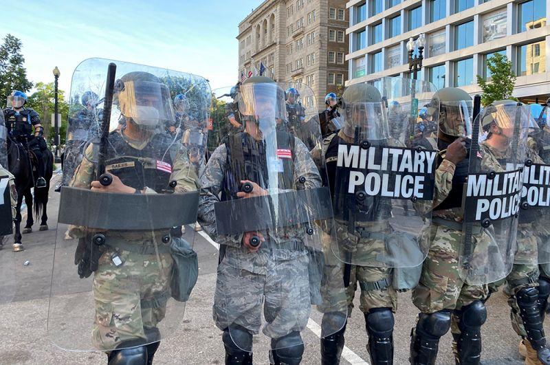 Национальная гвардия блокирует улицу возле Белого дома от протестующих, Вашингтон.