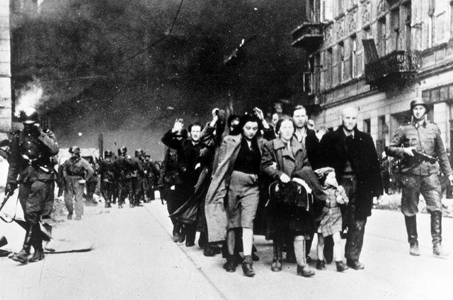 Жителей Варшавского гетто отправляют в лагерь смерти Треблинка. 1942 год.