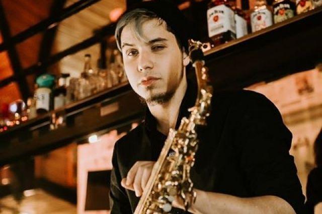 Очередного выступления саксофониста соседи ждут каждый вечер.