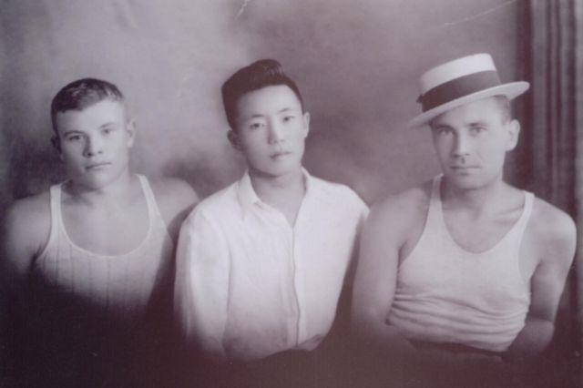 Михаил Уза (в центре)