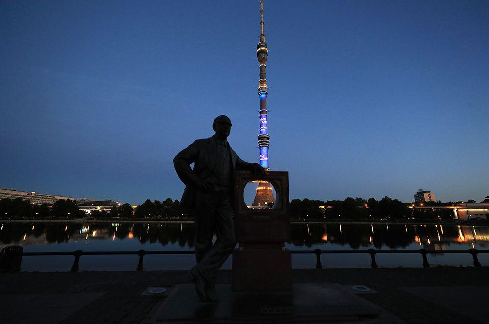 Подсветка Останкинской телебашни в Москве. На первом плане - памятник инженеру Владимиру Зворыкину.