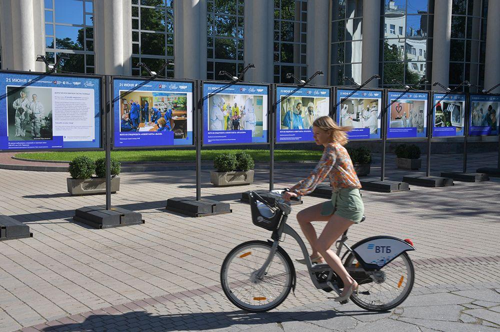 Экспозиции, посвященные работе врачей и медицинского персонала, на улицах Москвы.