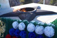 Александр Моор возложил цветы к мемориалам «Вечный огонь» и «Память»