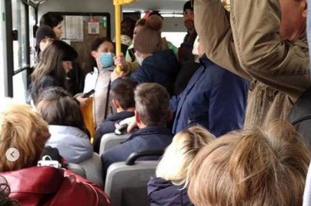 Объявление о повышении тарифов было замечено горжанами в салоне автобуса.