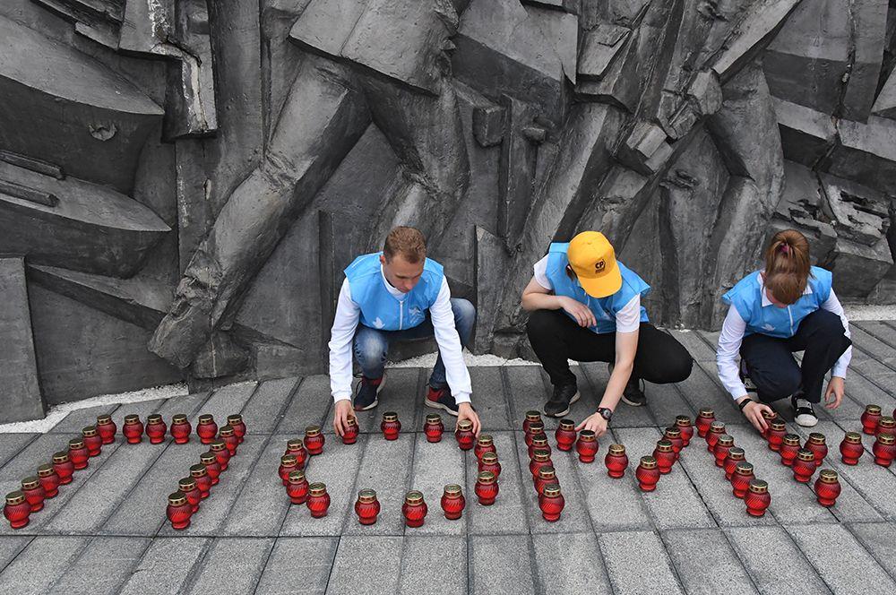 Волонтеры зажигают «свечи памяти» у мемориала «Боевая слава Тихоокеанского флота» во Владивостоке.