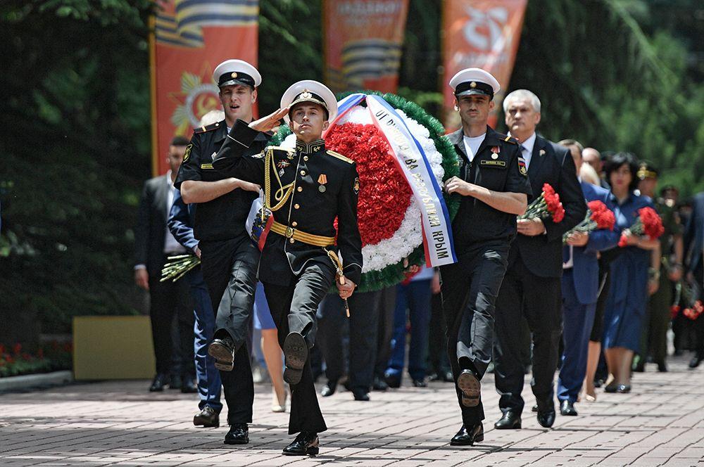 Церемония возложения цветов к Вечному огню на Могиле неизвестного солдата в Симферополе.
