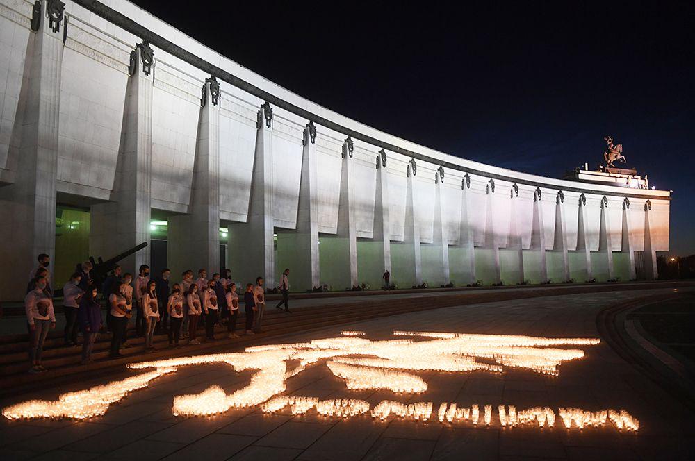 У стен Музея Победы на Поклонной горе волонтеры создали «огненную картину войны» из свечей.