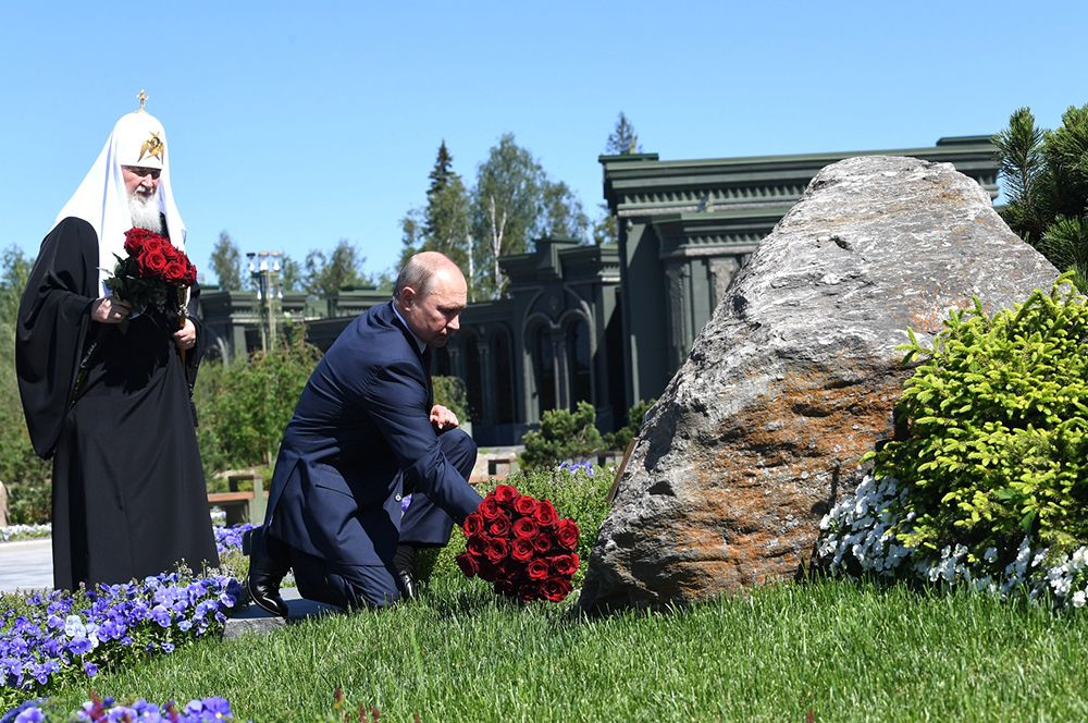 Владимир Путин посетил патриарший собор Воскресения Христова в парке «Патриот» в подмосковной Кубинке, который является главным храмом Вооруженных сил РФ.