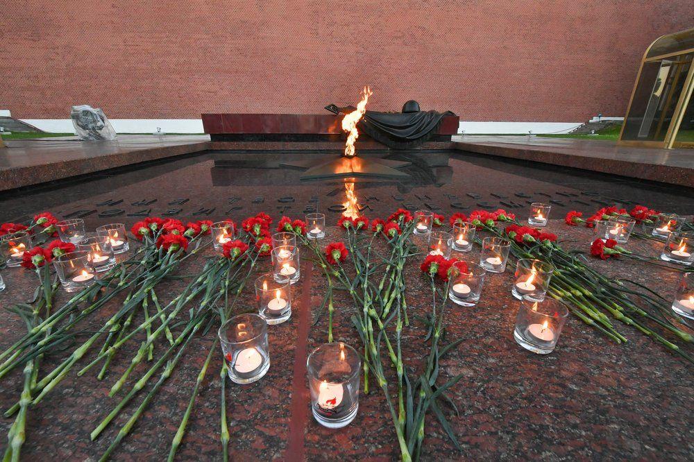 В Александровском саду состоялась «вахта памяти» у Вечного огня.