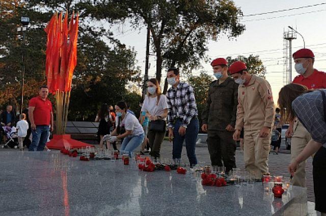 Оренбуржцы зажгли свечи в память о павших в войне.