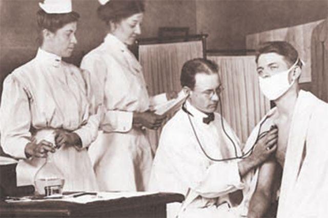 Доктор осматривает больного в городском диспансере, Индианаполис, 1910 год.