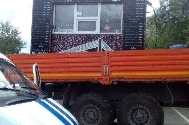 В Тюмени демонтировали кофейные ларьки возле набережной и технопарка