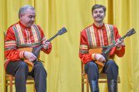 Юрий Иванов (слева) и Михаил Соломахин на концертном выступлении ансамбля «Балалайка»