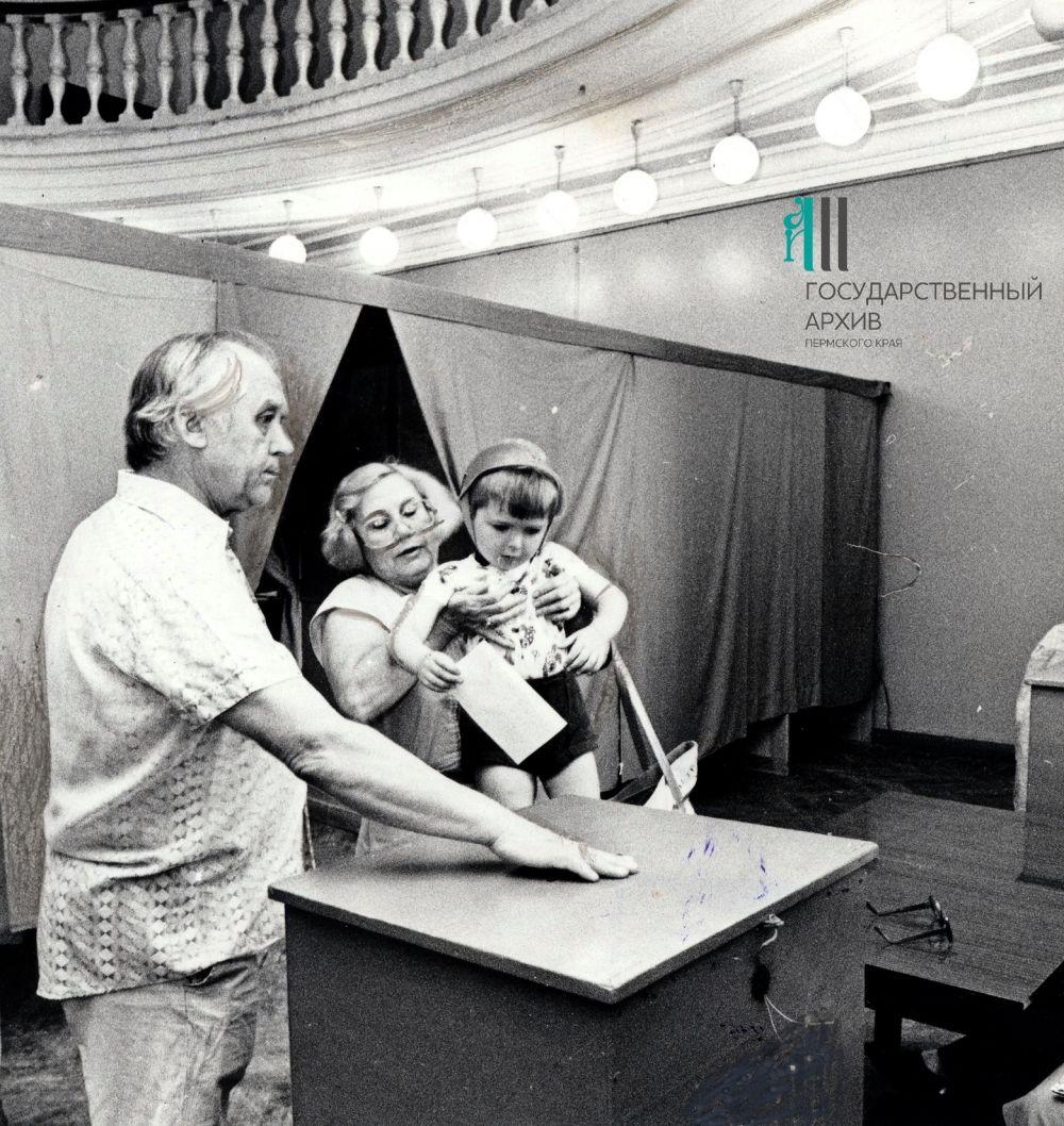 На избирательном участке №321 в Доме офицеров Пермского гарнизона в день выборов первого президента РСФСР, 12 июня 1991 г.