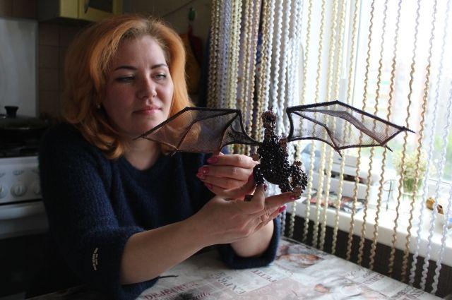 Это дракона девушка сделала из гаек и железных деталей.