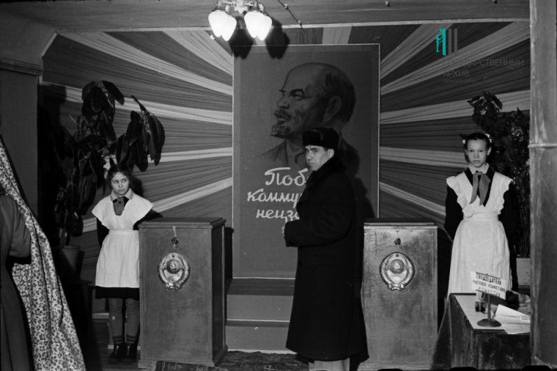 Избирательный участок в пермской школе №16 во время выборов в Верховный Совет СССР, 18 марта 1962 г.