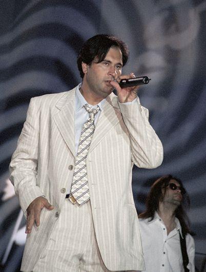 Эстрадный певец Валерий Меладзе во время выступления. 1998 год.