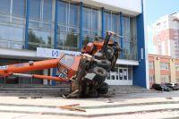 Автокран упал на бок возле ДК «Интеграл» в Ижевске