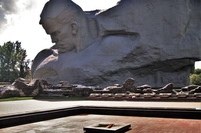 Памятник защитникам Брестской крепости и Вечный огонь.
