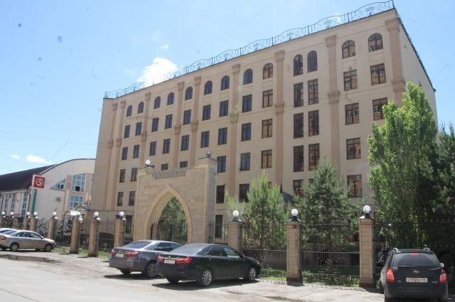 Здание гостиницы «Баку» несколько раз переходил из собственности города в областную и обратно.