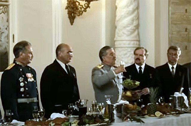 """«Я бы хотел выпить за здоровье людей, у которых чинов мало и звание незавидное. За людей, которых считают """"винтиками"""" великого государственного механизма...»"""