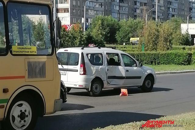 Столкнулись «ПАЗ» и легковой автомобиль.
