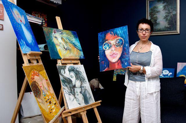 Лада Викторовна среди картин своих пациентов.