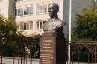 Курсанты ТВВИКУ возложили венок к мемориалу Героя Советского Союза