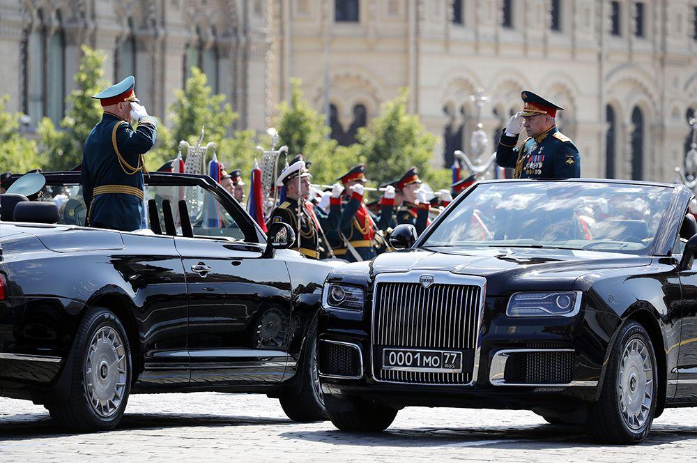 Министр обороны РФ Сергей Шойгу (справа) и главнокомандующий сухопутными войсками МО РФ генерал армии Олег Салюков.