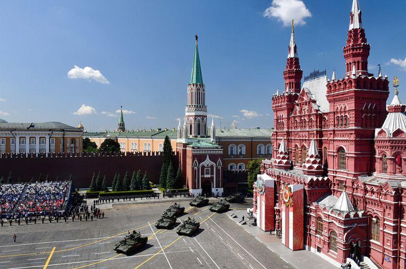 Танки во время парада на Красной площади.