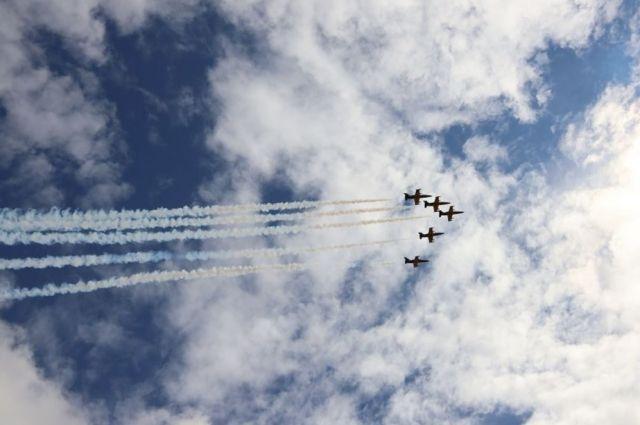 В Салехарде летчики группы «Русь» устроили красочное авиашоу