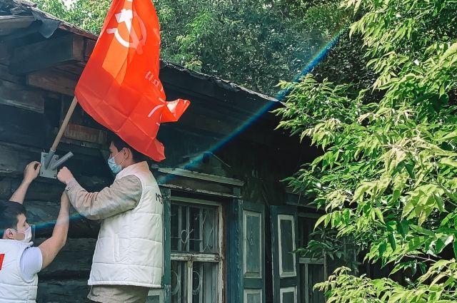 На домах тюменских ветеранов установили Знамена Победы