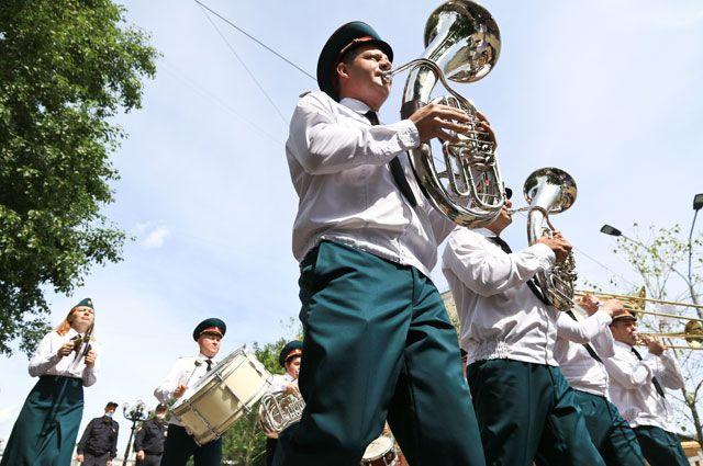 По Ленинскому проспекту бодро прошел оркестр Росгвардии.