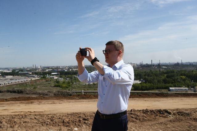 С вершины челябинской городской свалки, где проходит рекультивация, Алексей Текслер сделал снимок дымящих труб.