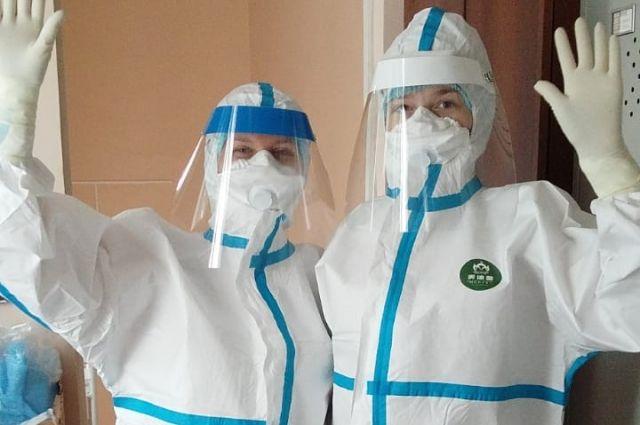 Все это время медики работали в спецкостюмах масках, перчатках и бахилах.
