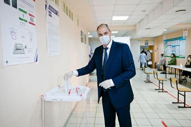 Губернатор Денис Паслер  один из первых пришел на избирательный участок.
