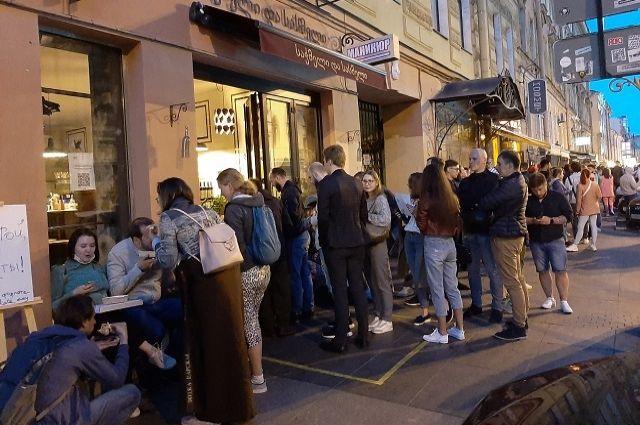 Молодые люди все чаще выбирают для отдыха улицу Рубинштейна.