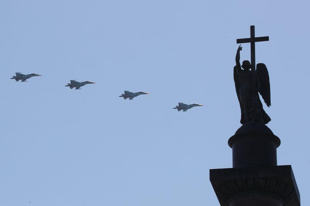 Над городом пролетели 30 военных самолетов.