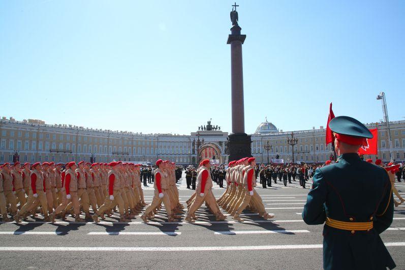 Почетными гостями Парада Победы стали 220 ветеранов Великой Отечественной войны, жителей блокадного Ленинграда, тружеников тыла.