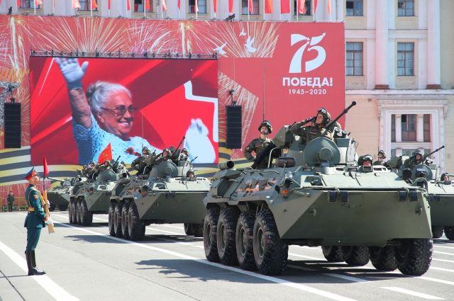 Колонну военной техники возглавил легендарный танк времен Великой Отечественной войны Т-34.